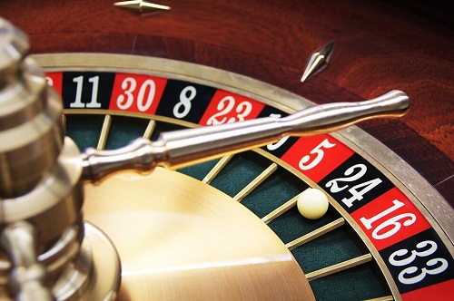 image of roulette table with ball how to play online roulette